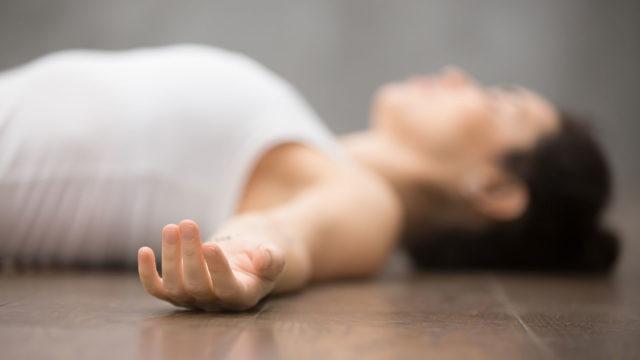 Liikaa istumista, liikaa yksipuolista treeniä ja liikaa kuvaruudulle kurkottelemista? Siinä yleisimmät syyt lihasjumien syntyyn. Kysyimme fysioterapeutilta vinkkejä lihasjumien ehkäisemiseen ja avaamiseen.