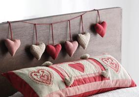 Sydänkoristeita sängynpäädyssä.