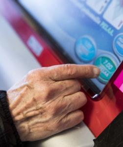 Vanhuksen käsi peliautomaatilla.