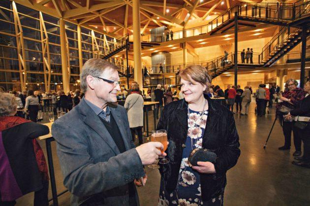 Kippis! Marja-Leena ja Tapio ovat tyytyväisiä, että toive päästä sinfoniakonserttiin vihdoin toteutui.