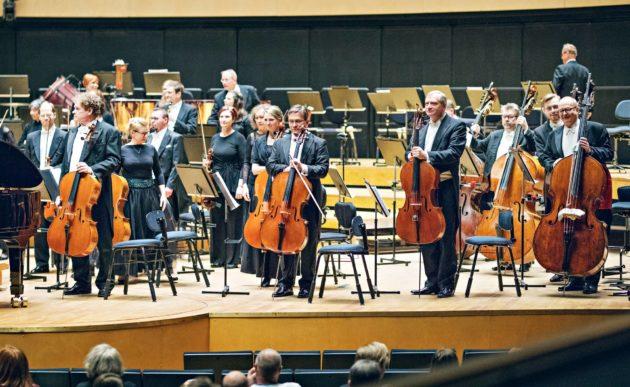Pakollinen pukukoodi sinfoniakonsertissa on vain orkesterilla, miehillä frakki ja naisilla juhlapuku. Yleisölle riittää siisti asu.