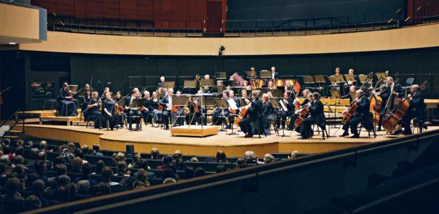 Sinfonia Lahden esityksiä on maailmallakin laajasti kiitelty. Orkesteri on ollut konserttikiertueella muun muassa Japanissa ja Yhdysvalloissa.