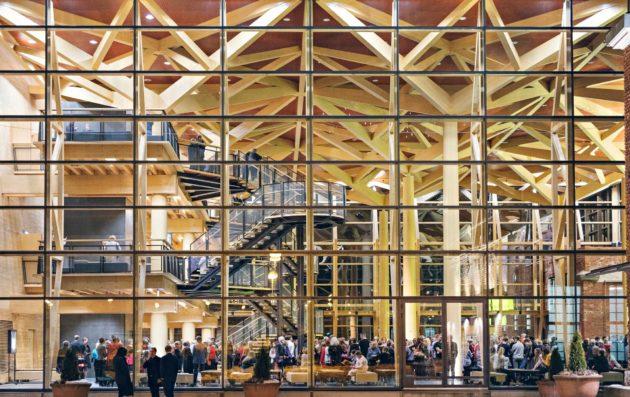 Konserttitalon lasiseinäinen lämpiö, Metsähalli, on arkkitehtuuriltaan mielenkiintoinen.