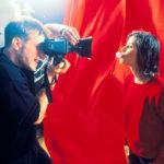 Valokuvamalli Valentine (Irene Jacob) kuvausstudiolla punaisissa tunnelmissa.