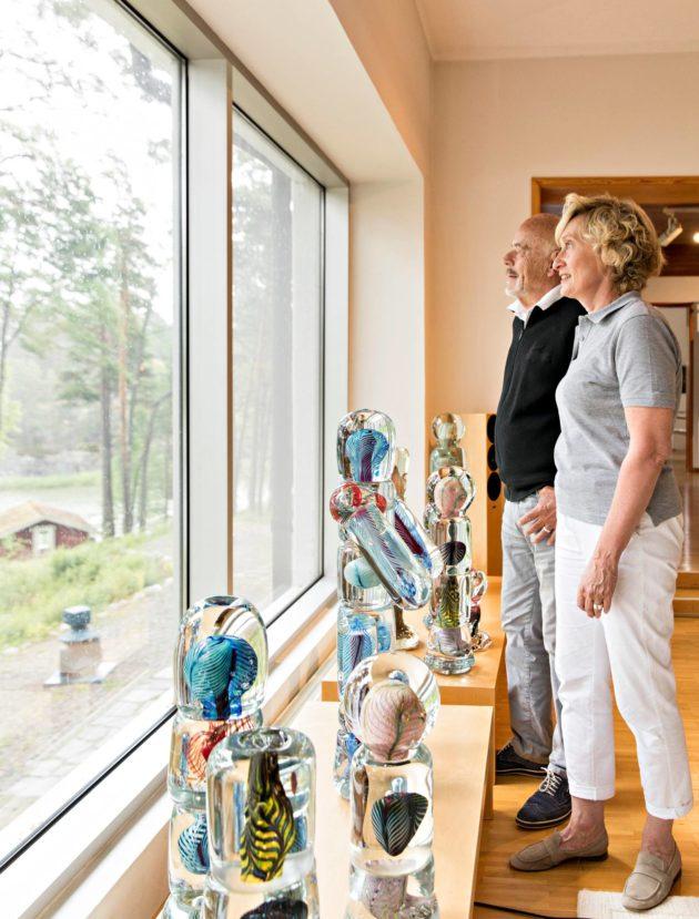 """""""En ole ennen Marja-Liisaa kokenut tällaista, että vaimoni on aidosti kiinnostunut työstäni"""", Björn sanoo. Ikkunalaudalla Björnin lasitaidetta 1980-luvulta."""