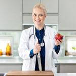 Pippa Laukka kannustaa ohjelmaan osallistujia terveempiin ruokailutottumuksiin.