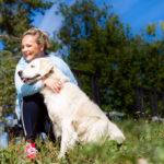 Lonkkavaivaisina vuosina Sari Puumalainen haaveili kaikkein eniten ihan tavallisista kävelyistä. Nyt lenkit Roope-koiran kanssa ovat taas arkipäivää.
