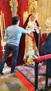 San Sebastianin kirkossa suudellaan Marian kättä ahkeraan. Apulainen desinfioi käden jokaisen suutelevan jälkeen.