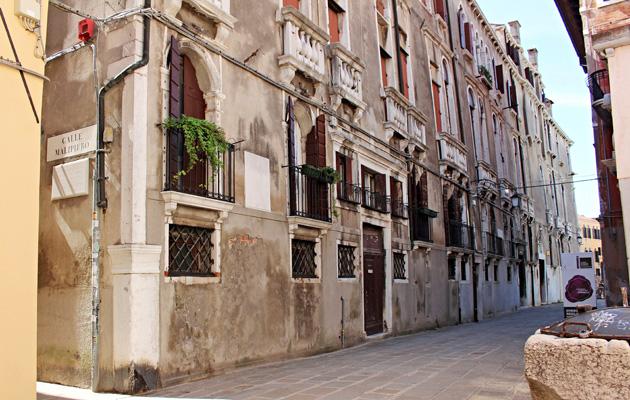 Calle Maliperolta löytyy kyltti osoittamaan Casanovan synnyinkotiin.