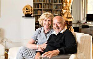 Marja-Liisa ja Björn Weckström kotonaan Björnin vuonna 1974 suunnittelemalla sohvalla. Taustalla Björnin kookas pronssiveistos Centauro II.