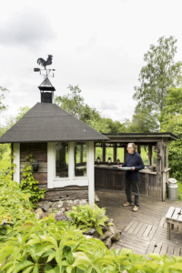 Sulevin rakentamassa kesäkeittiössä voi kokata sateellakin. Talveksi Peltola muuttaa Helsinkiin taiteilijakoti Lallukkaan.