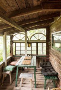 Päärakennuksen kuistilla voi levätä ja lukea.
