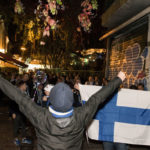 Suomalaisten marssi Akropoliin kupeesta metron kautta stadionille sujui iloisen äänekkäästi.