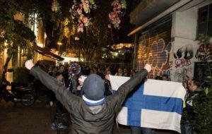 Suomalaisten marssivat Akropoliin kupeesta metron kautta stadionille.