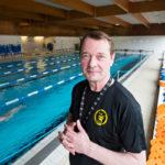 """Raitistunut uimavalmentaja Harri Koski vertaa uimista elämään: """"Uimari voi pienentää veden vastustusta omalla tekemisellään."""""""