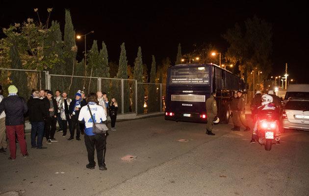 Mellakkapoliisit menivät saman tien takaisin bussiinsa välikohtauksen jälkeen.