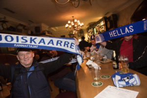 Suomessa 30-vuotta asunut kreikkalainen Georgios Terzis ei vielä muutama tunti ennen pelin alkua ollut päättänyt kumpaa kannustaa. Lopulta hän päätyi pukemaan päälleen Kreikan kannattajahuivin, mutta juhli suomalaisfanien mukana James Joyce -baarissa.