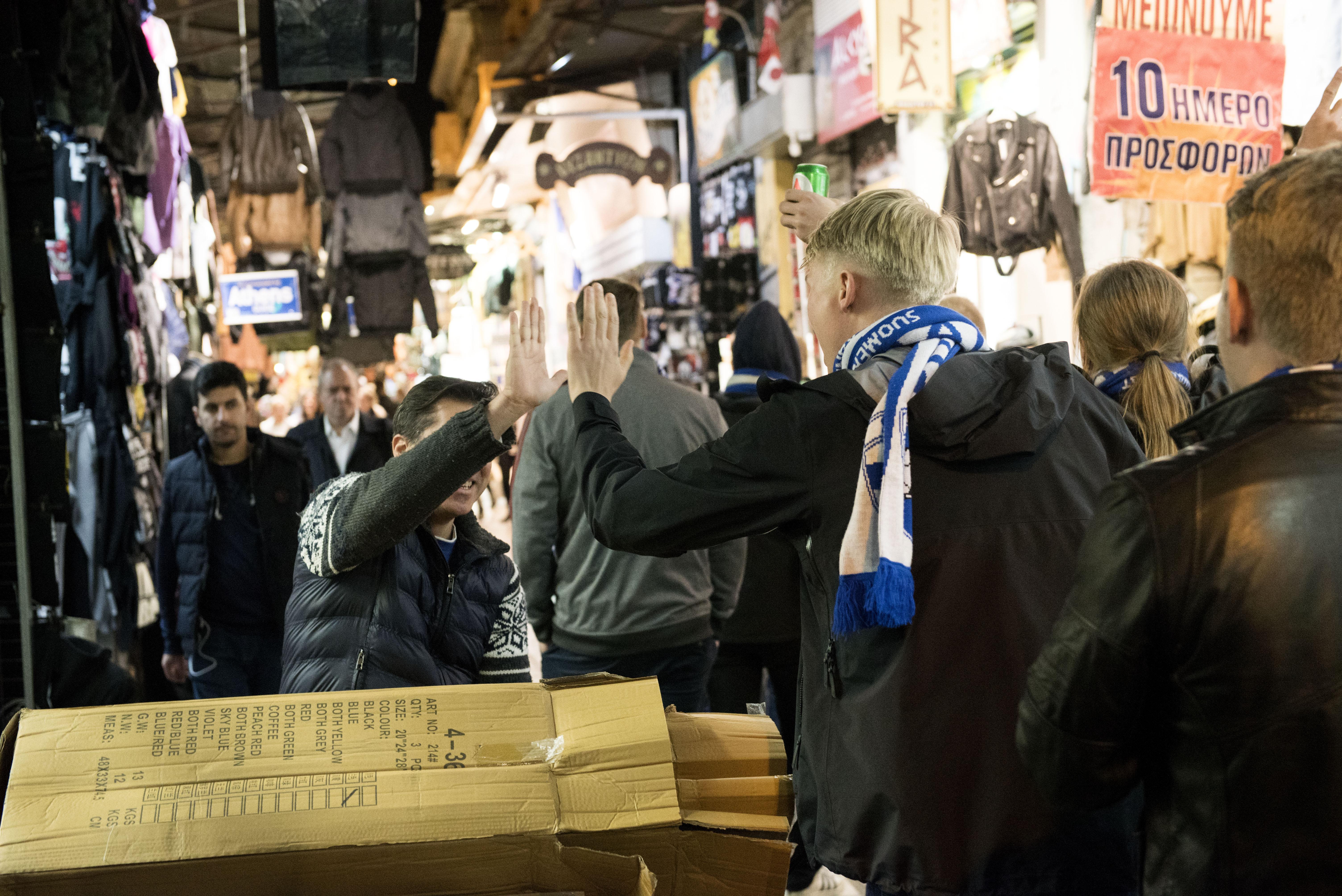 Suomalaisfani Jesse Myllylahti iskee ylävitoset kreikkalaisen vastaantulijan kanssa heidän matkatessaan metroasemalle pitkin basaarikujaa.