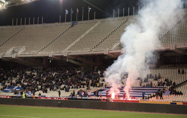 Suomalaisfanit huusivat äänensä käheäksi kannatuslaulujen lomassa, sillä he eivät saaneet tuoda stadionille rytmirumpuaan saati megafonia, jolla maestroida kannattajalaumaa. Kreikkalaisten fanikatsomossa räjähtelivät paukkupommit ja rummut kumisivat koko ottelun läpi. Maalin jälkeen paloivat myös soihdut.