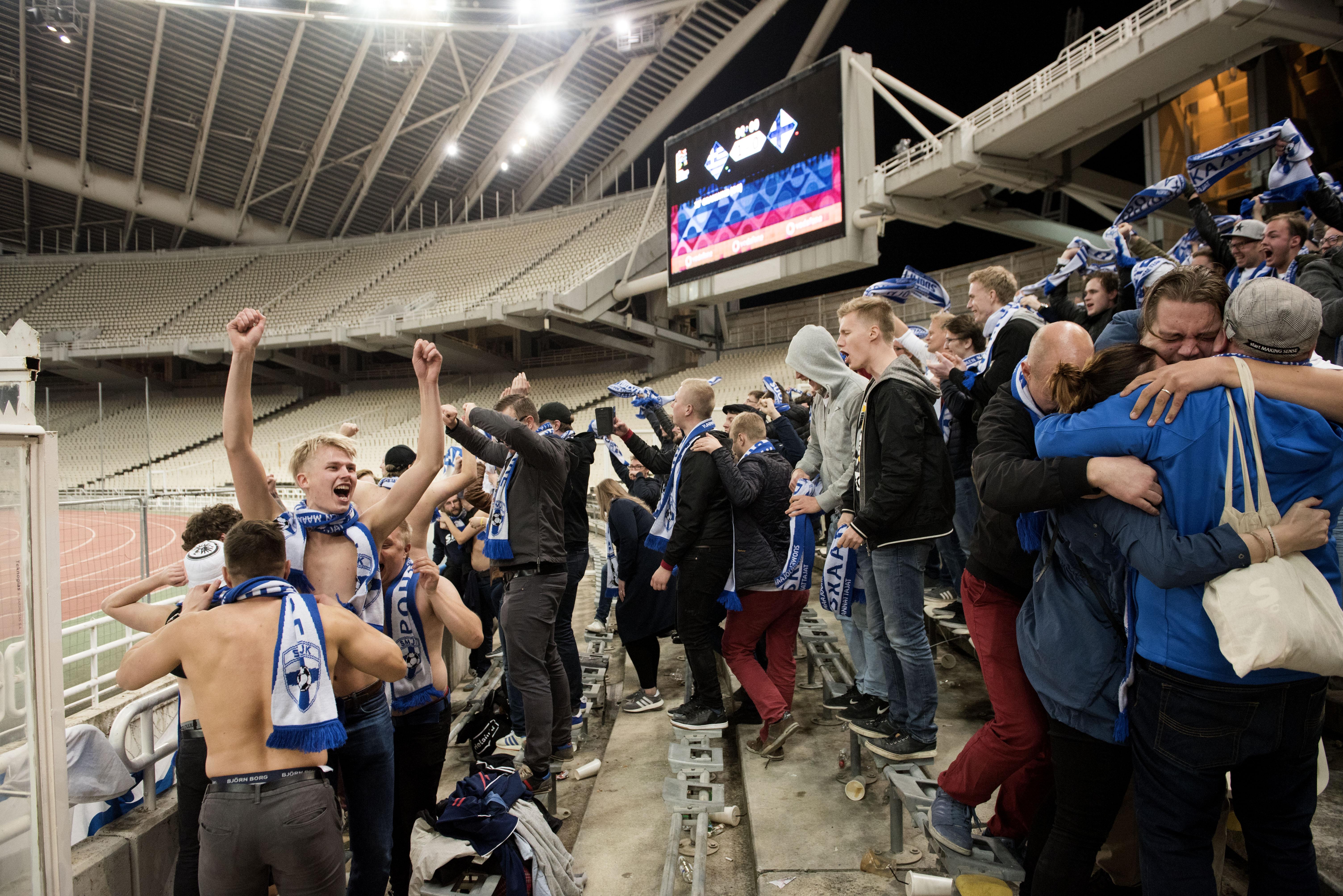 Suomalaisfanien ennenkokematonta riemua päätösvihellyksen jälkeen.