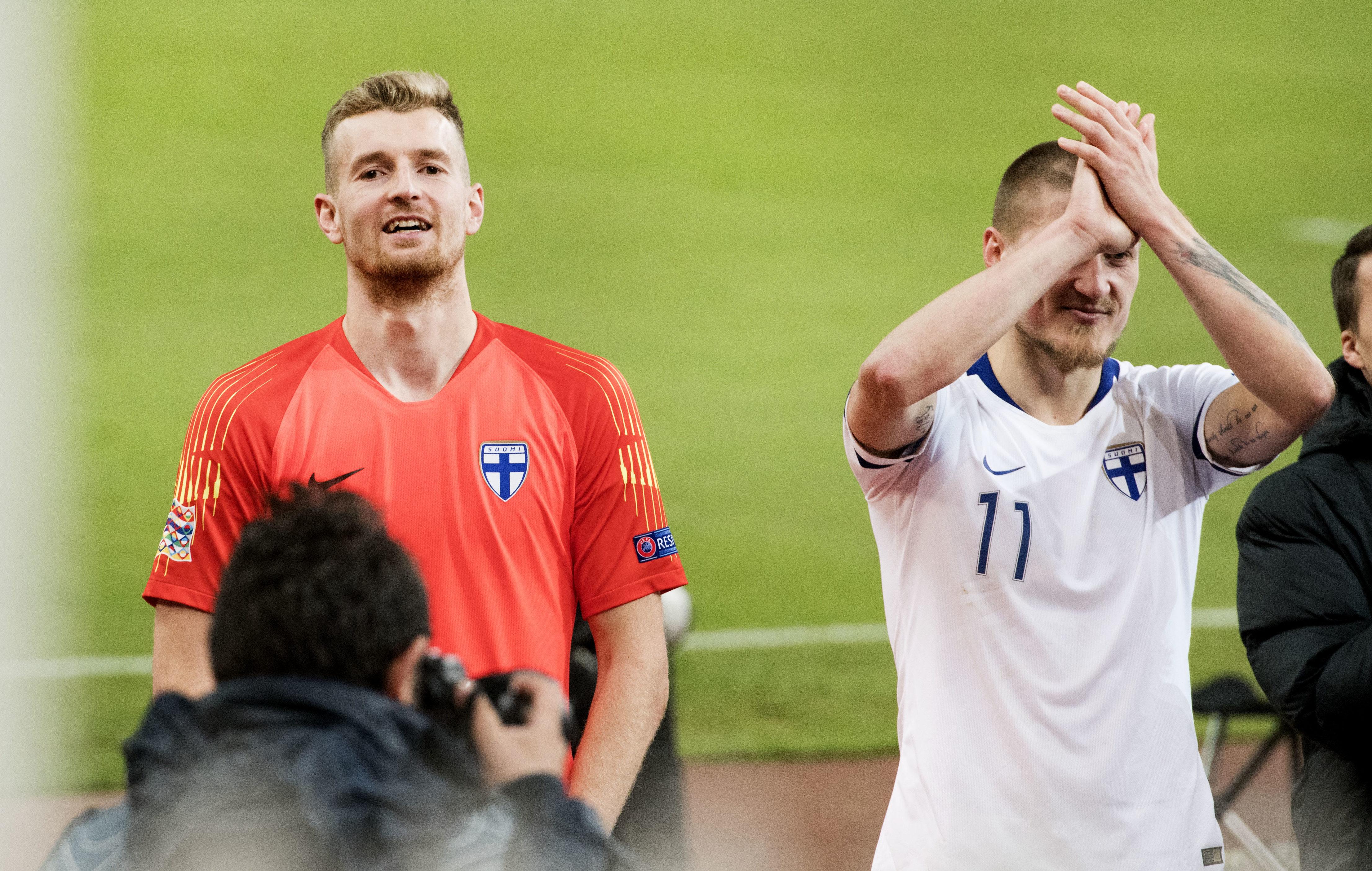 Suomen maalivahti Lucas Hradecky fanien edessä pelin jälkeen.