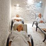 Suolahuoneessa rentoudutaan ja hengitetään suolapitoista ilmaa.