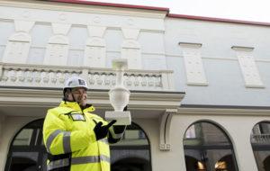 Kauppakeskusjohtaja Michael Cockcroft kannattelee sormellaan pylvästä, joka jäi yli parvekkeen pylväiköstä.