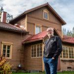 Eläkkeellä oleva maanviljelijä Pertti Peltola on tottunut käsittelemään tulta. Kotitalon keskuslämmitys toimii kokonaan puulla. Onnettomuuden jälkeen hän on ollut entistä varovaisempi tulen sytyttämisessä.