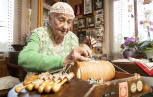 Orimattilalainen Soini Arola on 95-vuotias kutojamestari, jolta käy näppärästi yhä pitsin kutominen.