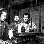 Toshiro Mifune (vas.) on samurai, joka kilpailutta palveluksiaan rikollisjengien välillä.
