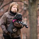 Säännöllinen päivärytmi ehkäisee migreenikohtauksia. Vinski-koira huolehtii Antti Jokisen päivärytmistä.