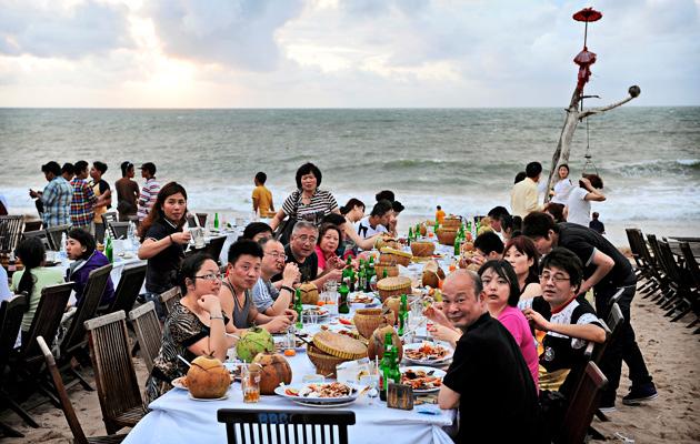 Jimbaranin ravintolapöydät on nostettu rantahiekalle.