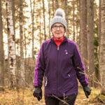 Birgit Joronen ammentaa voimia Saimaan rannalta Lammassaaren maisemista. Luonto auttaa viemään ajatukset muualle.