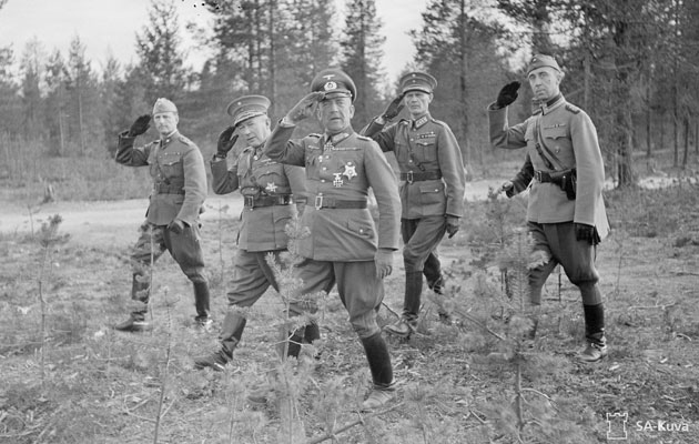 Kenraalit Falkenhorst ja Siilasvuo tarkastavat joukkoja Pohjoisrintamalla kesällä 1941.