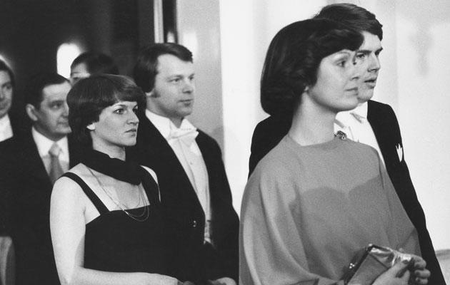Kirjailija, tv-juontaja Lasse Lehtinen ja vaimo Eira Palin-Lehtinen astelevat kättelyyn vuonna 1977.