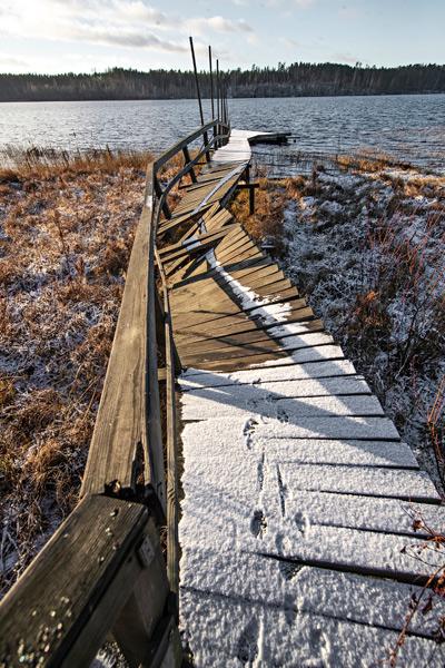 Hovijärven rantaan vievä laituri