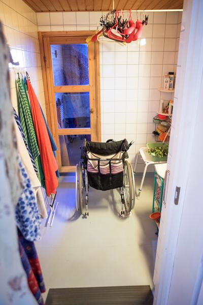 Pekka Kalavaisen pyörätuoli kylpyhuoneessa