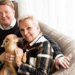 Oskari Oranen asuu  lähellä äitiään Raija Orasta. Raija haluaa nauttia paitsi Topi-koiransa myös lasten- lastensa seurasta.