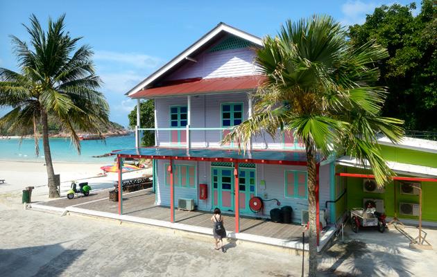 Redangin rakennukset eivät kohoa palmuja korkeammalle.