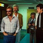 Chuck Norris (vas.) saapui Vaasaan elokuussa 1983. Hymy oli herkässä, vaikka isännät arvelivatkin toimintatähden kärsivän kankkusesta. Vierailun järjesti videolevittäjä Lars Backlund (oik.).