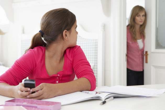 Digilaitteiden käytössä on opeteltavaa myös aikuisilla.