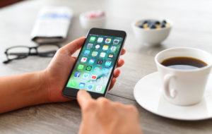 Kun älypuhelimeen lataa sovelluksia, kannattaa olla tarkka, jotta välttyy huijausyrityksiltä.