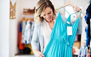 Nainen ostaa mekon alennusmyynnistä
