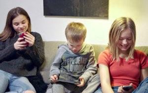 Perhe näytön orjana