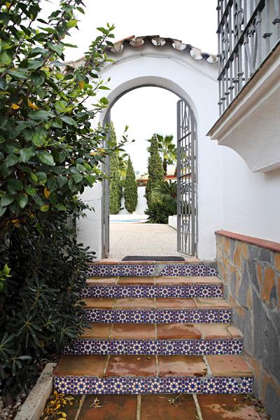 Marokkolaishenkiset laatat vievät sisäpihalle.
