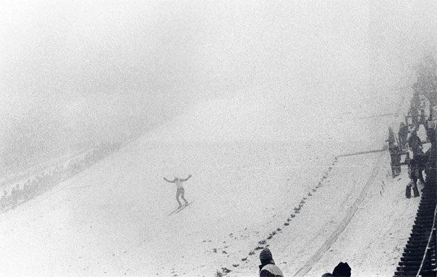Holmenkollenin suurmäen kilpailu oli vähällä peruuntua sankan sumun takia. Matti Nykäsen onneksi niin ei tapahtunut.