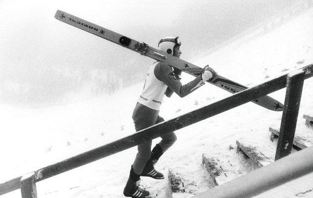 Tätä Matti Nykänen oli tehnyt lapsuudesta saakka: kävellyt sukset olalla mäkeen, yksin ja keskittyneenä.