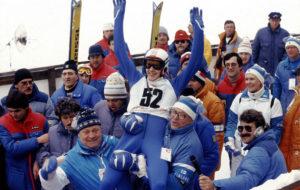 Suomen Matti Nykänen tuulettaa kultatuolissa Hannu Koskivuoren ja Kalevi Tuomisen (oik) olkapäillä 18. helmikuuta 1984, hypättyään pisimmälle 90 m mäessä Sarajevon talviolympiakisoissa Jugoslaviassa.
