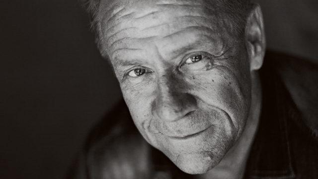 Olli Lindholm menehtyi maanantain ja tiistain 11.-12.2. välisenä yönä sairaskohtaukseen. Hän oli 54-vuotias.