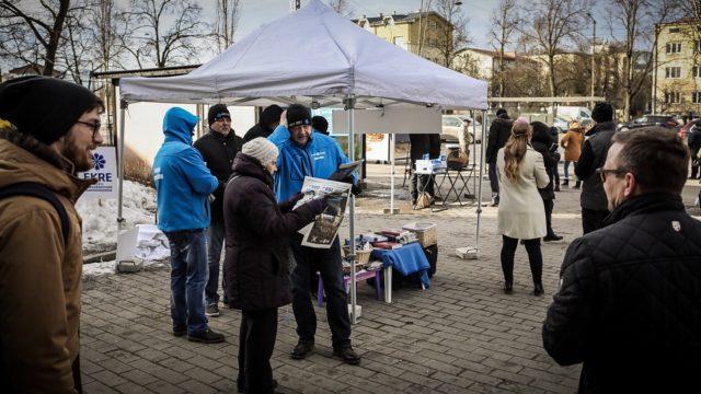 Populistisen EKRE-puolueen aktiivit kampanjoivat Tallinnassa kauppakeskus Kristiinen parkkipaikalla lauantaina 2. maaliskuuta.
